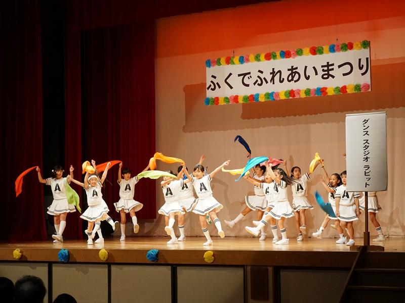 子どもたちがダンスをする写真