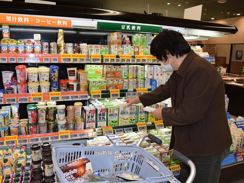 買い物をしている写真