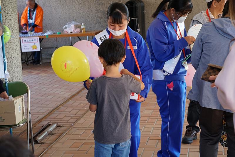子どもに風船のプレゼント