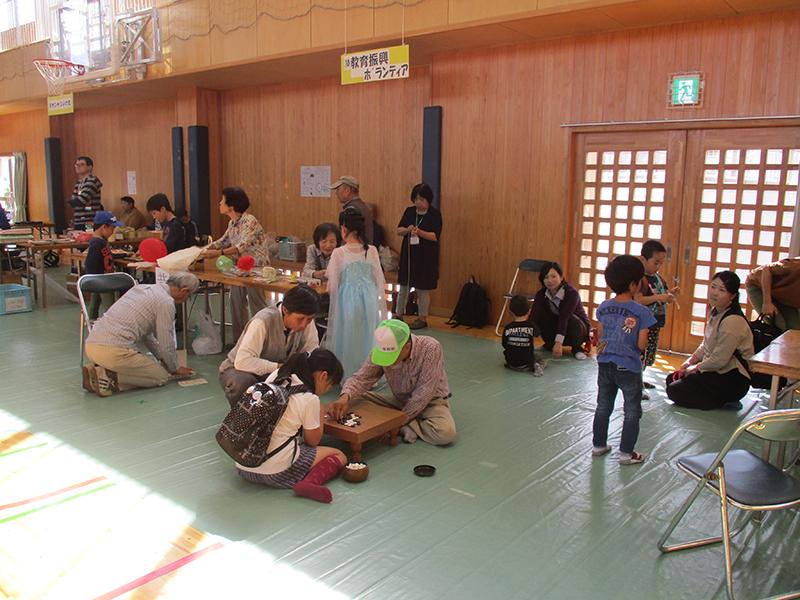 老人と子どもが囲碁をしている様子