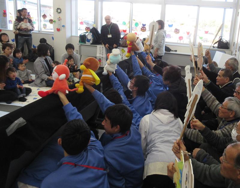 竜洋地区 中学生と協力して人形劇をしている様子