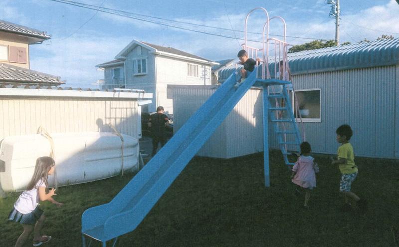 滑り台で遊ぶ子供の写真